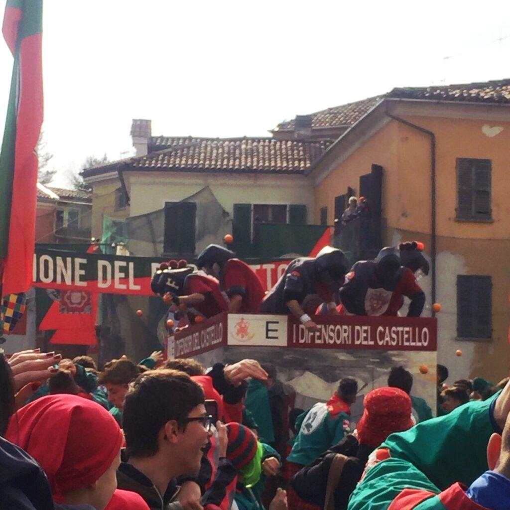 La Battaglia delle Arance nello storico Carnevale di Ivrea